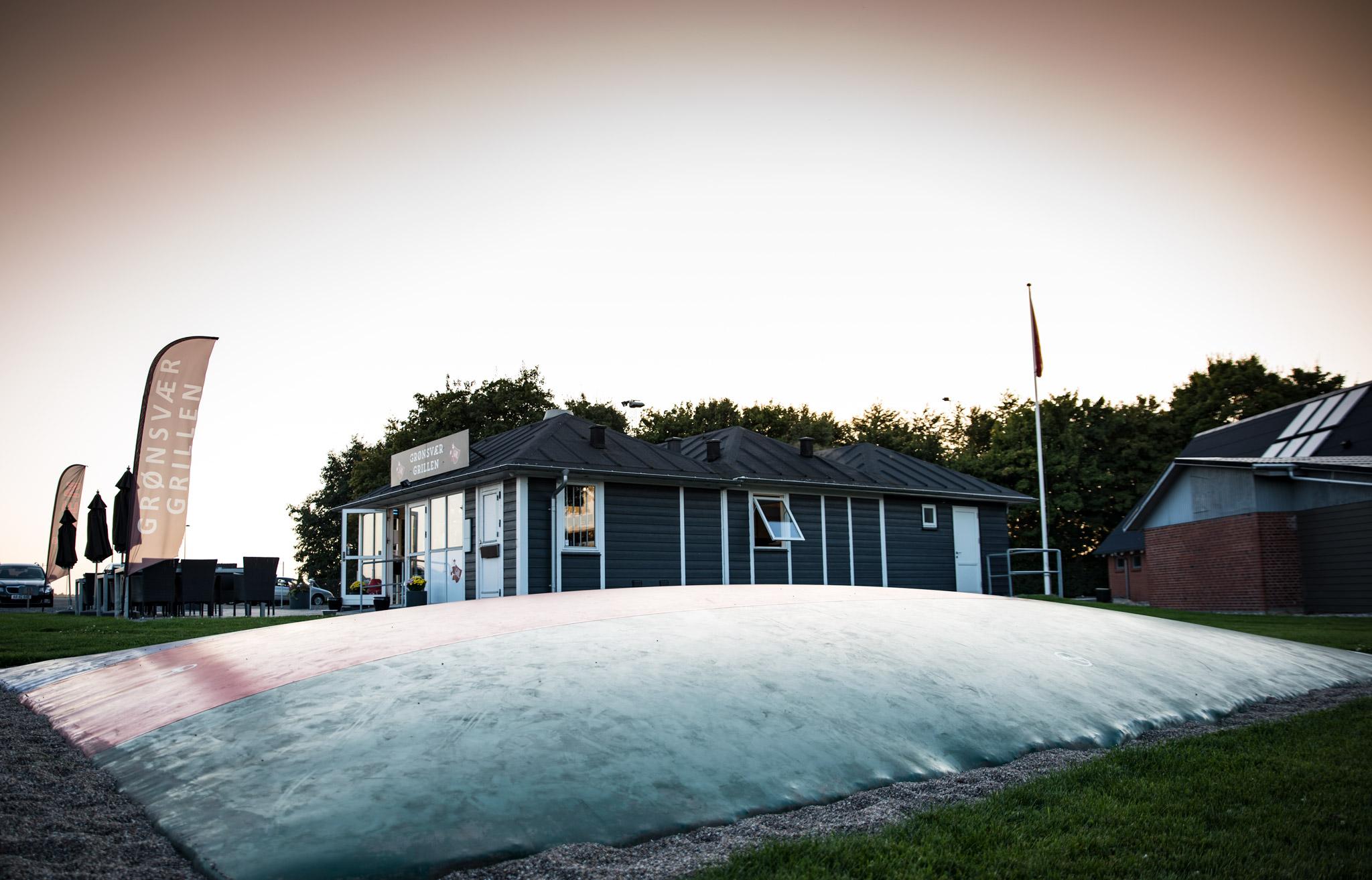 Hoppepuden udenfor Grønsvær Grillen i Gjerlev