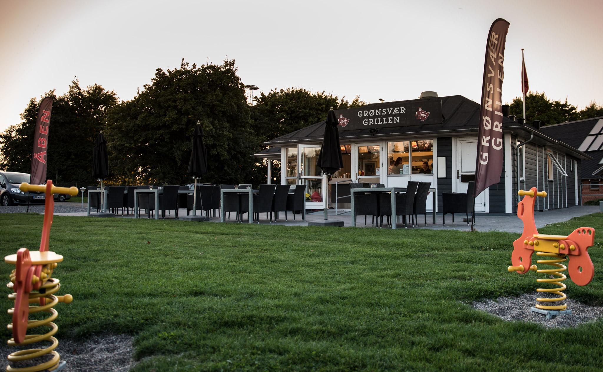 Terassen udenfor Grønsvær Grillen i Gjerlev